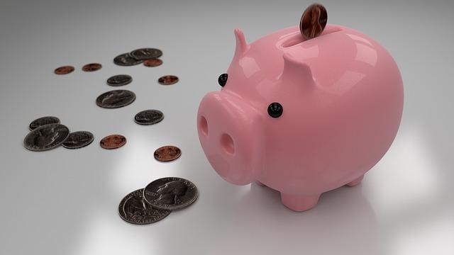 Розовая свинка-копилка и монеты вокруг