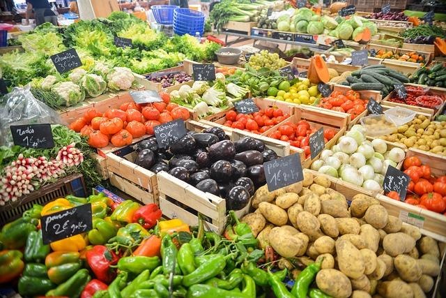 Лотки с овощами на рынке - экономить на еде можно здесь