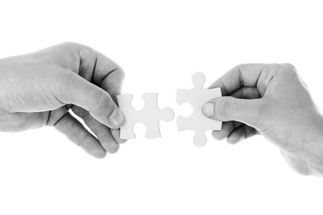Две руки, собирающие мозаику