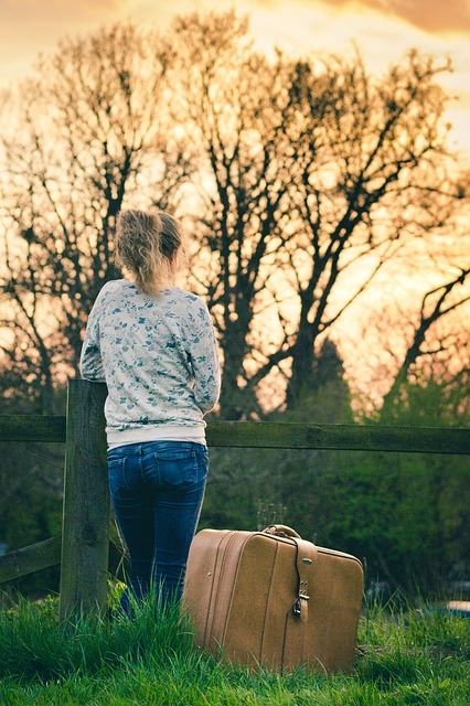 Одинокая девушка с чемоданом не может отпустить прошлые обиды
