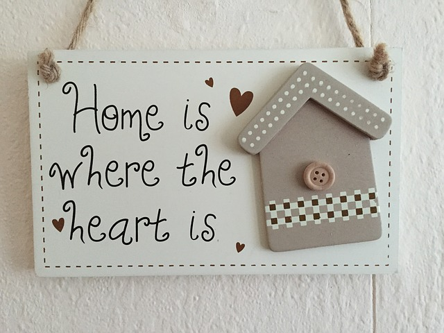"""Милое изображение домика с надписью """"Дом - там, где сердце"""""""