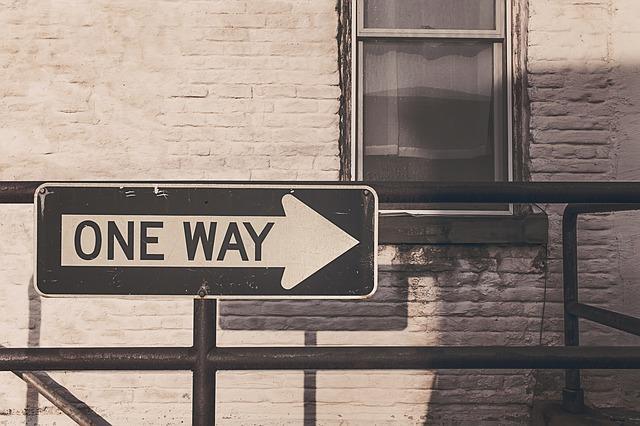 """Дорожный указатель со словами """"One way"""""""
