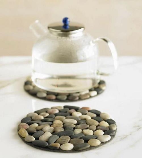 Подставки для горячего, сделанные из склеенных гладких камушков