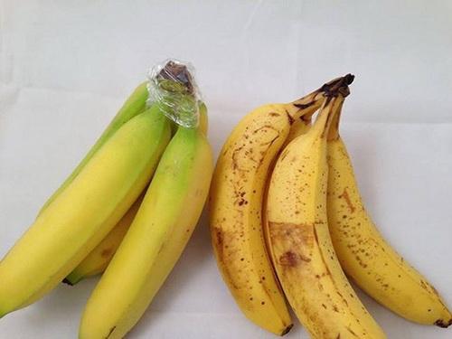 Свежая гроздь бананов со скотчем на кончиках и перезревшая и почерневшая гроздь бананов без скотча