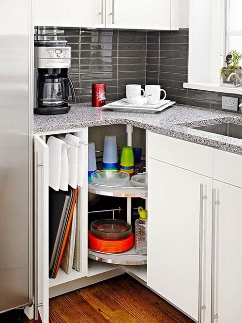 Крутящаяся полка для моющих средств в угловом шкафчике в кухне