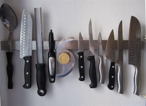 Магнитная полоска, на которой хранятся ножи