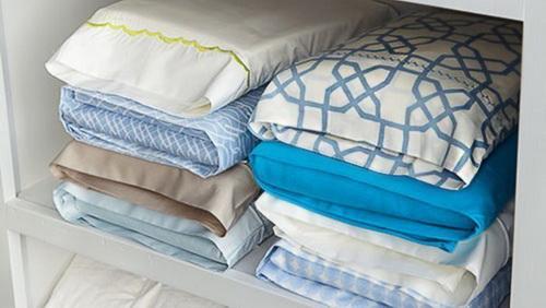 Каждый комплект постельного белья в шкафу уложен в свою наволочку