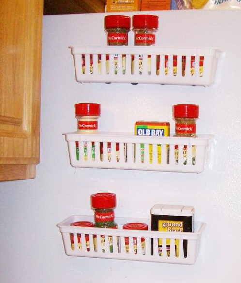 Легкие пластмассовые полочки, прикрепленные на магнитах к стенке холодильника, используются для хранения специй