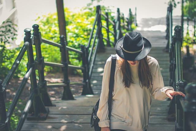 Девушка в шляпе поднимается по лестнице