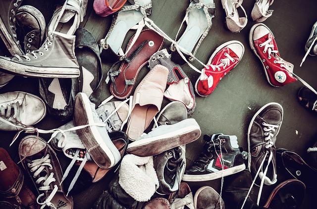 Груда ненужной обуви