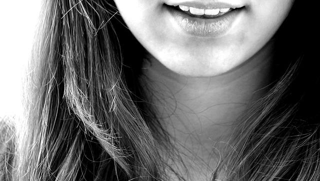 Девушка улыбается - это помогает ей контролировать свои эмоции и чувства