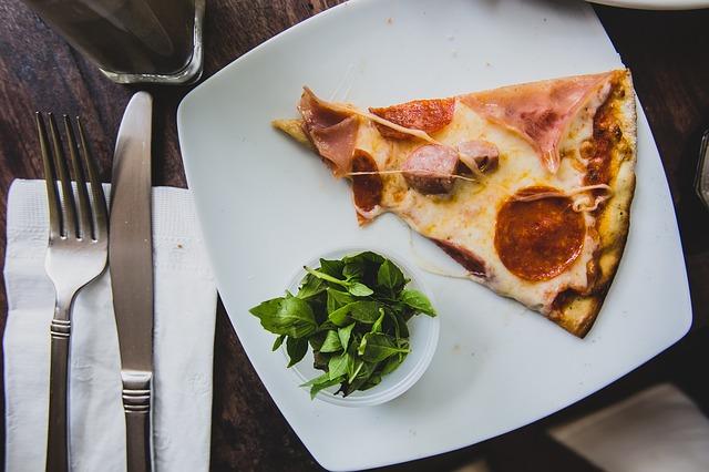 Пицца на тарелке