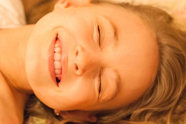 Лицо улыбающейся девочки