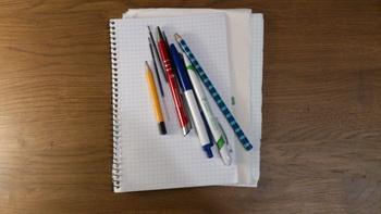 Лишние вещи: ручки и карандаши