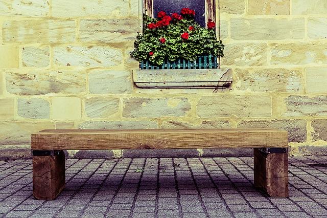 Деревянная скамья. Цветы на подоконнике