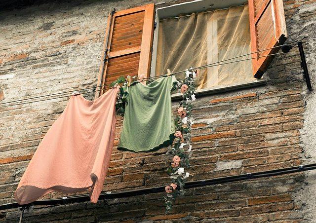 За окном сохнет ненужная одежда, которую можно продать