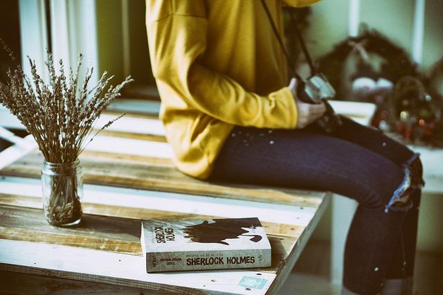 Девушка с фотоаппаратом, книга. ваза