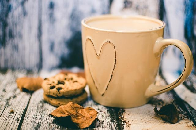 Кружка с чаем и печенье