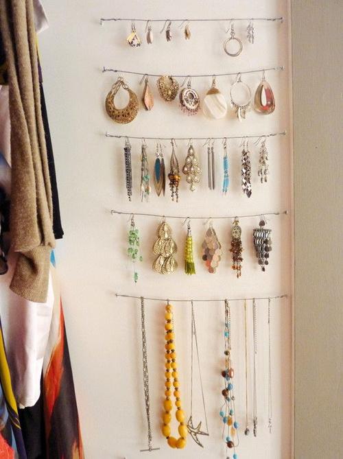 Хранение украшений на веревке на стене