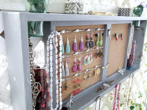 Настенный шкафчик с бусами