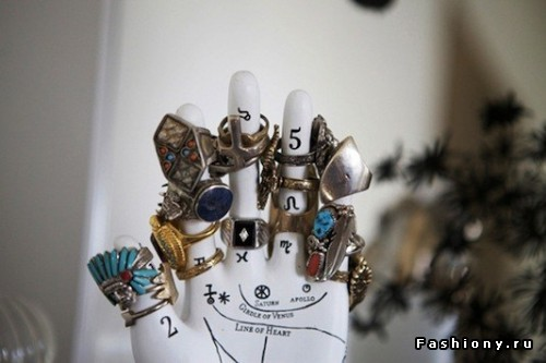 Гипсовая рука с кольцами