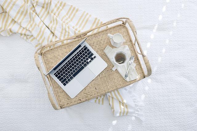 Выход на работу после праздников: кофе и ноутбук на подносе