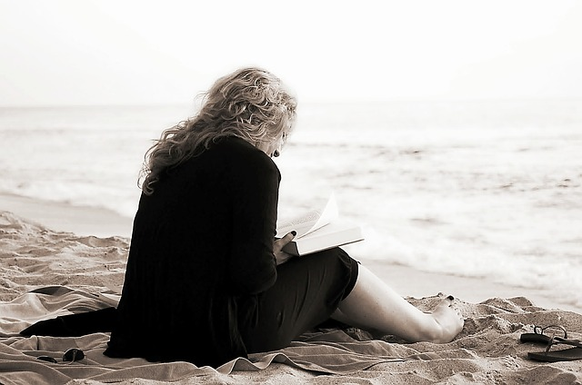 Девушка читает у моря