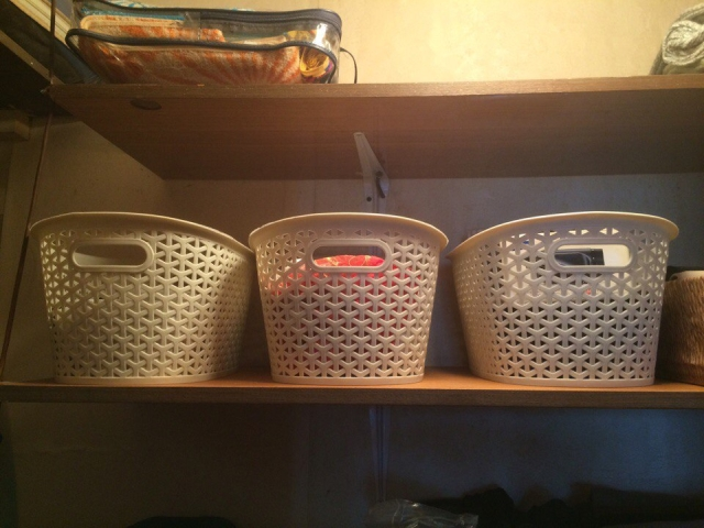 Хранение одежды в корзинах