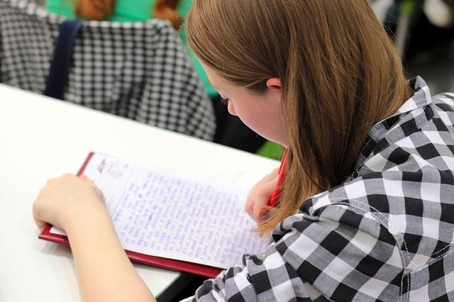 Студентка пишет конспект