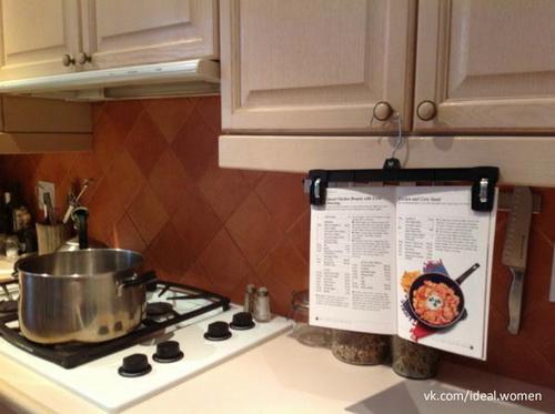 Кухонный лайфхак: вешалка с клипсами держит книгу с рецептами возле плиты