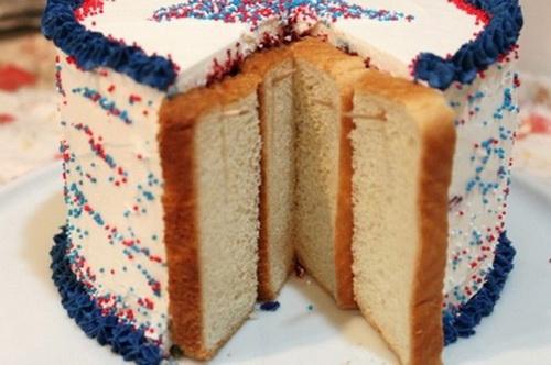 Если приколоть зубочистками хлеб к отрезанной стороне торта, торт дольше будет оставаться свежим