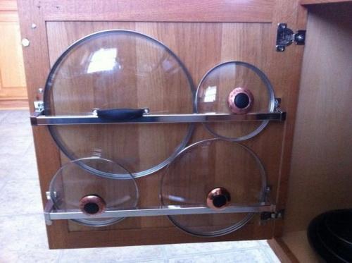 Стеклянные крышки для посуды на внутренней стороне дверцы шкафчика