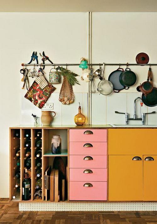 Планка с крючками вдоль стен кухни для хранения различных мелочей