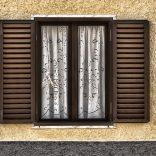 Окно со ставнями