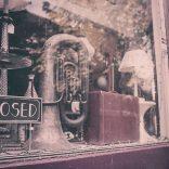 Витрина магазина, где можно продать ненужные вещи