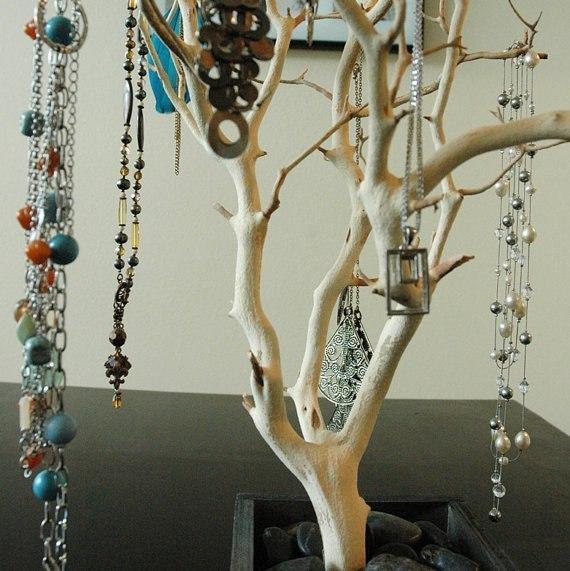 Ветка дерева с бусами