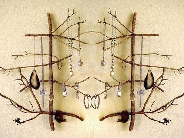 Ветка дерева с браслетами