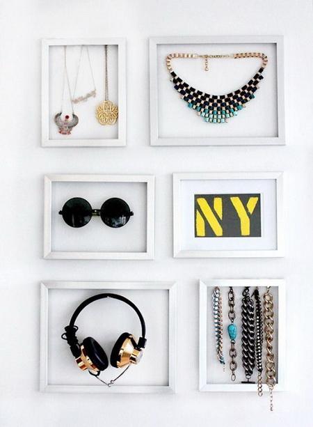 Хранение в рамках на стене очков и наушников