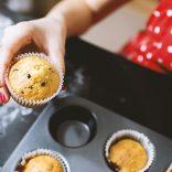 Женщина печет праздничные кексы